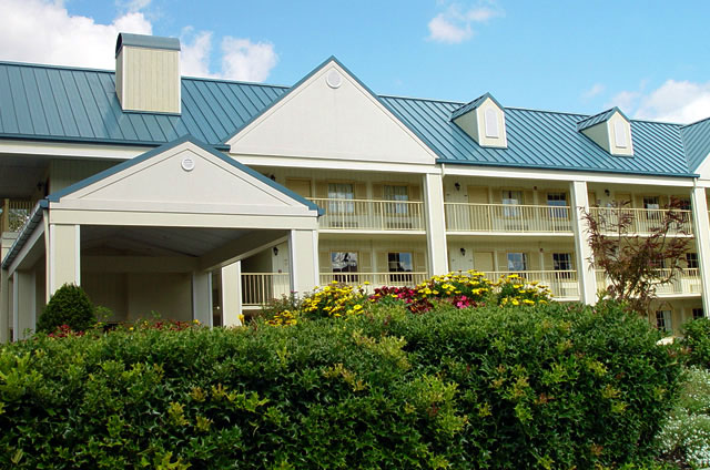 View of the entrance of the Colonial House Motel in Pigeon Forge