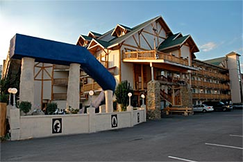 Pigeon forge hotels with indoor pools and slides tn for Pigeon forge motor lodge pigeon forge tn